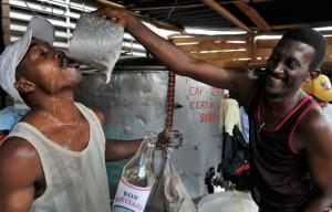 Cubani i maggiori bevitori di ron del..mundo! 20-de-junio.-bebedores-de-ron-barato-300x192