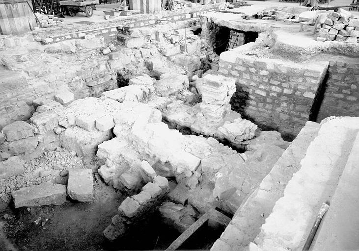 Visite des sépultures mérovingiennes, dans la zone des fouilles archéologique, sous la basilique - - samedi 10 décembre 2011  –  Sap01_52p00591_p