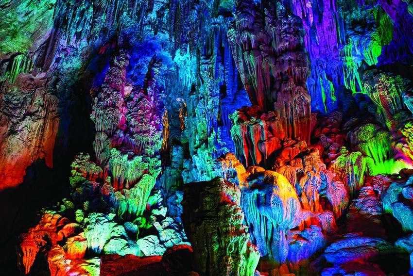 من عجائب خلق الله كهف الالوان السبعة Reed-Flute-Cave-2