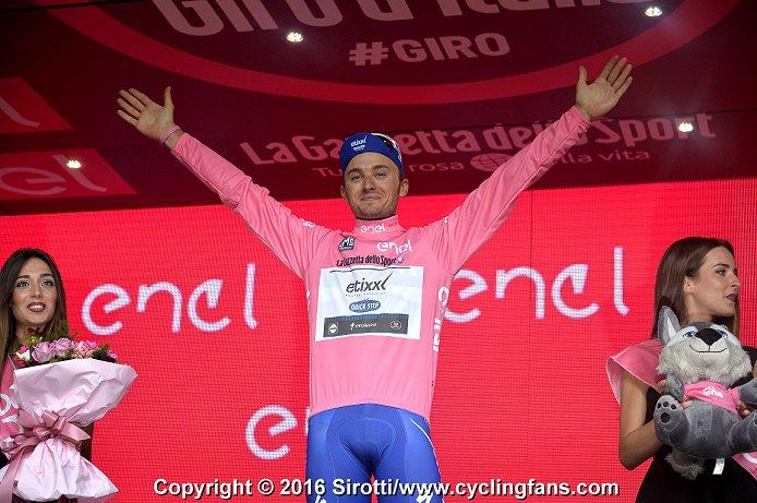 Велоспорт. Сезон-2016 - Страница 12 2016_giro_d_italia_stage8_gianluca_brambilla_leader_podium1a