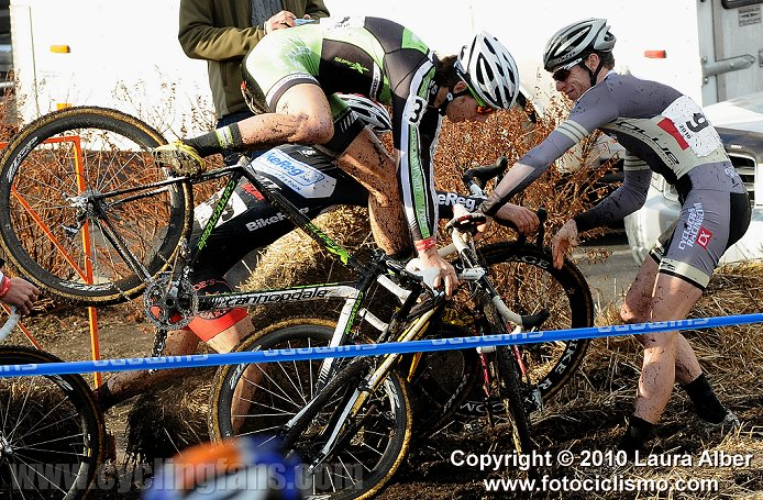 Surprenant, marrant et autres - Page 21 2010_usa_cycling_cyclocross_national_championships_crash1a