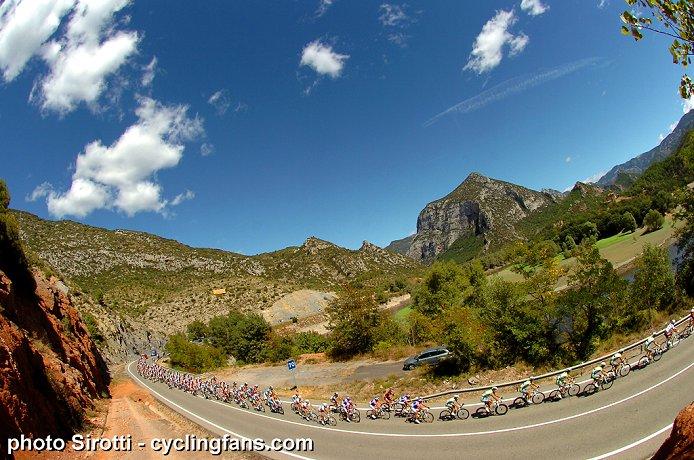 Photos Vuelta 2010 - Page 2 2010_vuelta_a_espana_stage12_peloton_landscape1a