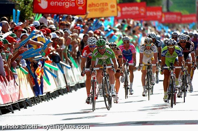 Photos Vuelta 2010 - Page 2 2010_vuelta_a_espana_stage13_mark_cavendish_wins1a