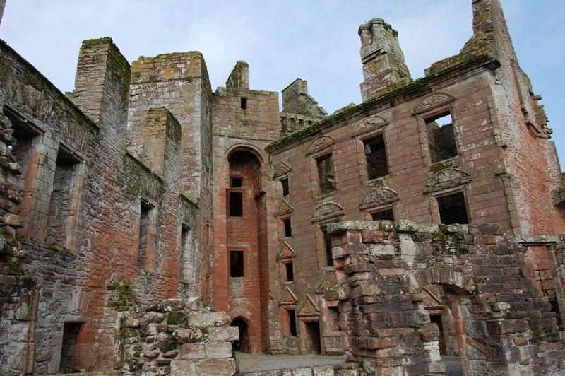 من أجمل قلاع الدنيا  Caerlaverock_Castle_-_05