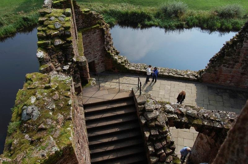 من أجمل قلاع الدنيا  Caerlaverock_Castle_-_18
