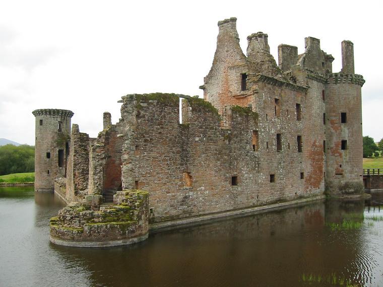من أجمل قلاع الدنيا  Caerlaverock-castle-1