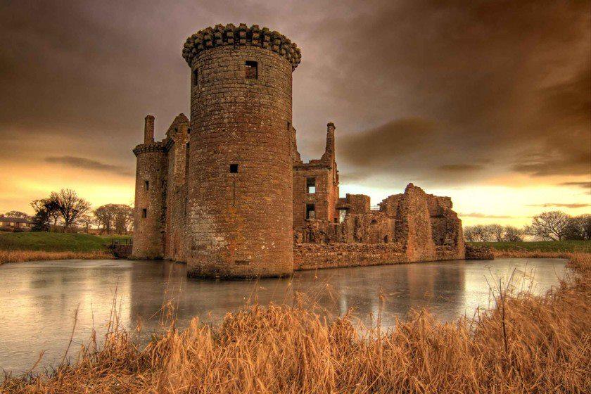 من أجمل قلاع الدنيا  Caerlaverock-castle-11