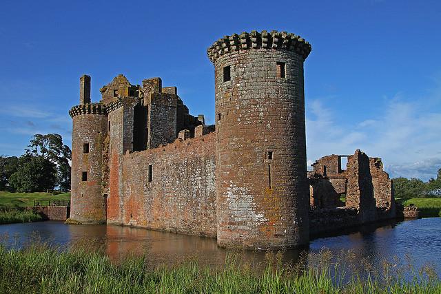 من أجمل قلاع الدنيا  Caerlaverock-castle-12