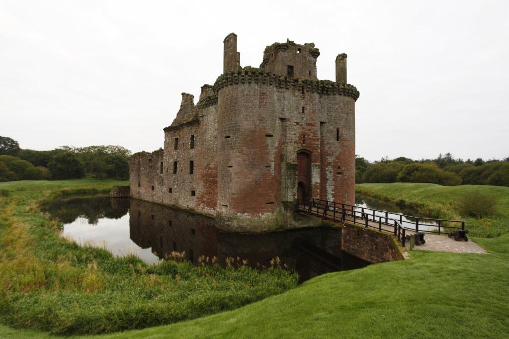 من أجمل قلاع الدنيا  Caerlaverock-castle-13