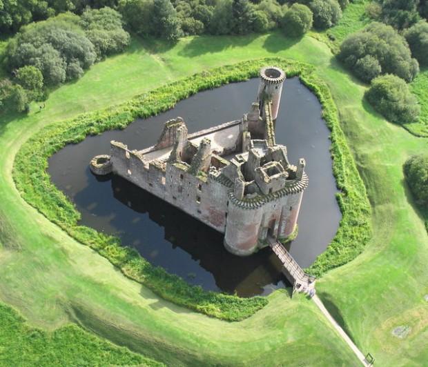 من أجمل قلاع الدنيا  Caerlaverock-castle-2-620x532