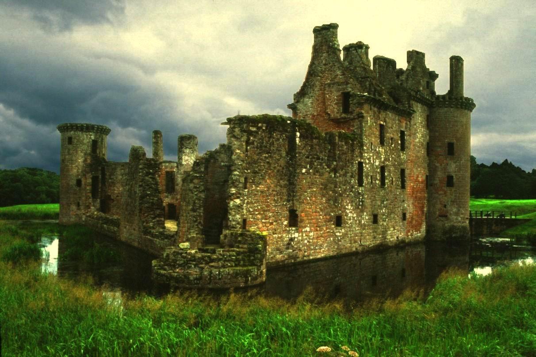من أجمل قلاع الدنيا  Caerlaverock-castle-6