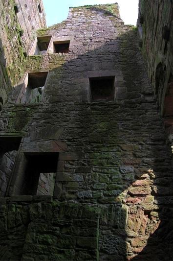 من أجمل قلاع الدنيا  Caerlaverock-castle-7