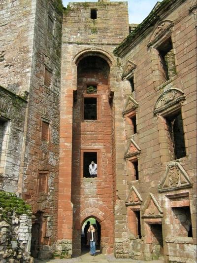 من أجمل قلاع الدنيا  Caerlaverock-castle-8