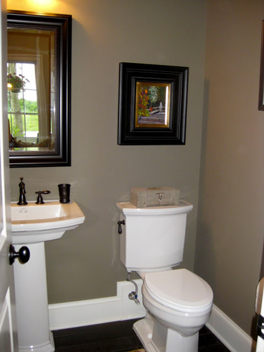 peinture des toilettes Deco-wc-peinture-taupe-et-blanc-deco-marron