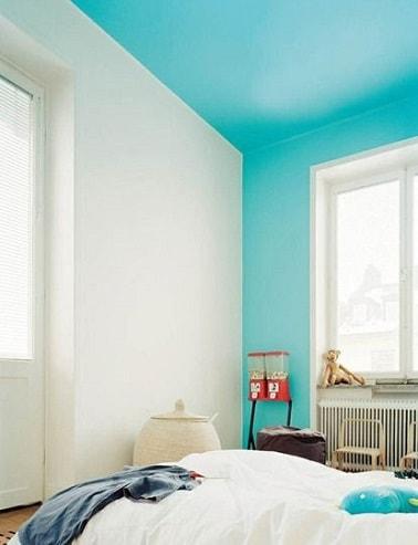 Une chambre d'amis  - Page 2 Repeindre-un-plafond-en-bleu-ciel-dans-une-chambre