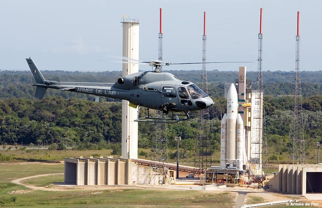 Tour du monde en liner Un-helicoptere-fennec-survole-le-pas-de-tir-de-la-fusee-ariane-5