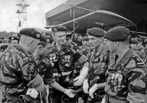 Le calot tradition du 1er RCP Des-commandos-parachutistes-de-l-air-en-algerie-lors-d-une-ceremonie_article_pleine_colonne