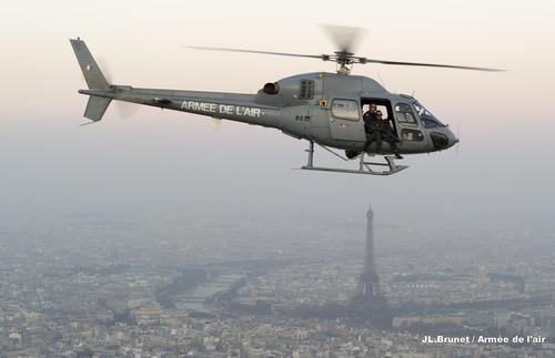 Salon du Bourget 2013 /  Paris air show 2013 Un-helicoptere-fennec-equipe-masa-survole-la-capitale_article_pleine_colonne