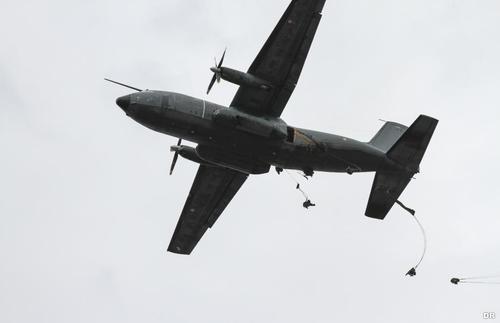 «Orage d'acier» 2014 Seance-de-sauts-en-parachute-pour-les-aviateurs-du-cpa-20_article_pleine_colonne