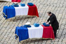 Drame d'Albacete: hommage national aux neuf aviateurs disparus (vidéo) Francois-hollande-a-remis-a-titre-posthume-les-insignes-de-chevalier-de-la-legion-d-honneur-a-chaque-defunt_article_demi_colonne
