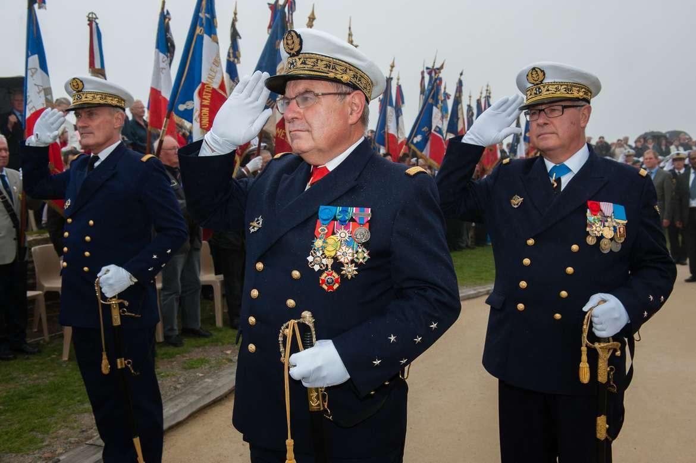 Sabres d'officier de marine : 1837, 1853, 1870, 1891, 1957 - Page 4 Ceremonie-hommage-aux-sous-mariniers-a-la-pointe-saint-mathieu-1-c-marine-nationale