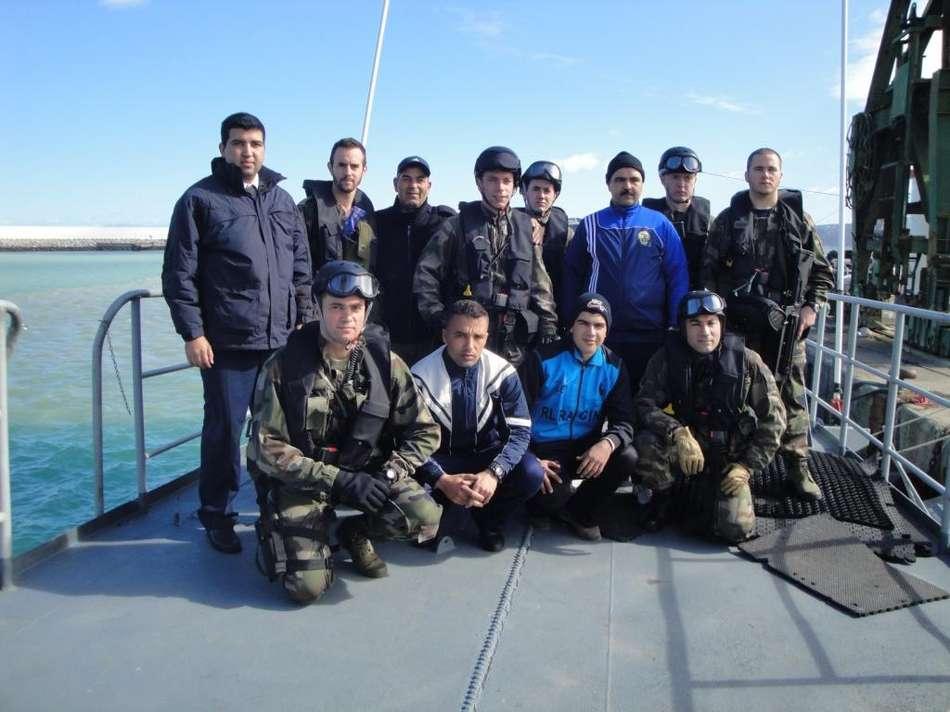 Le bâtiment hydrographique La Pérouse s'entraîne avec la marine marocaine Equipe-de-visite-sur-patrouilleur-marocain
