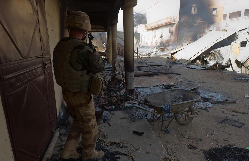 armée de terre Les-soldats-francais-appuient-les-fam-a-gao-1