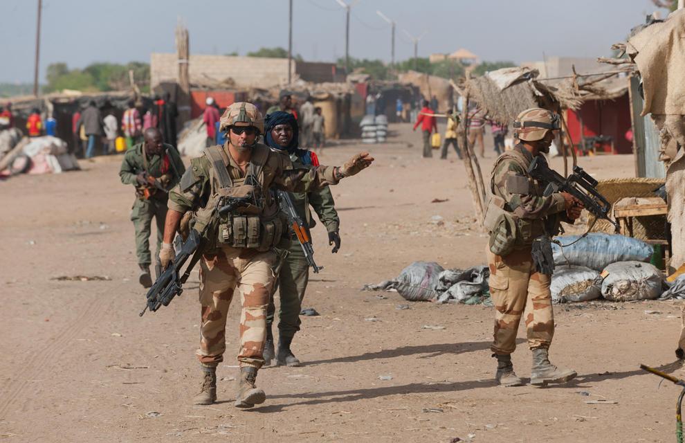armée de terre Les-soldats-francais-appuient-les-fam-a-gao-2