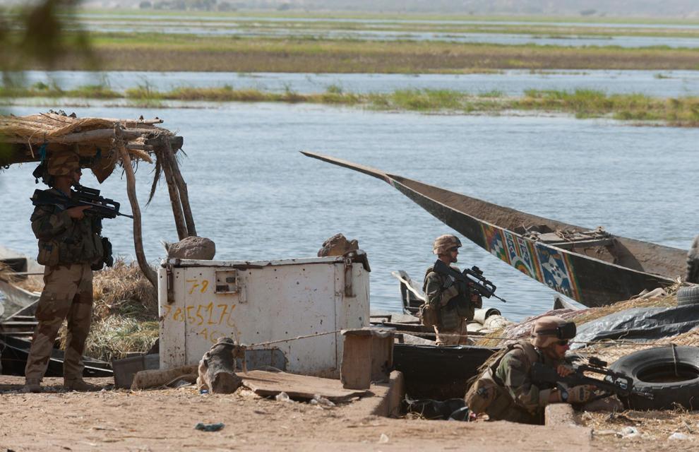 armée de terre Les-soldats-francais-appuient-les-fam-a-gao-3