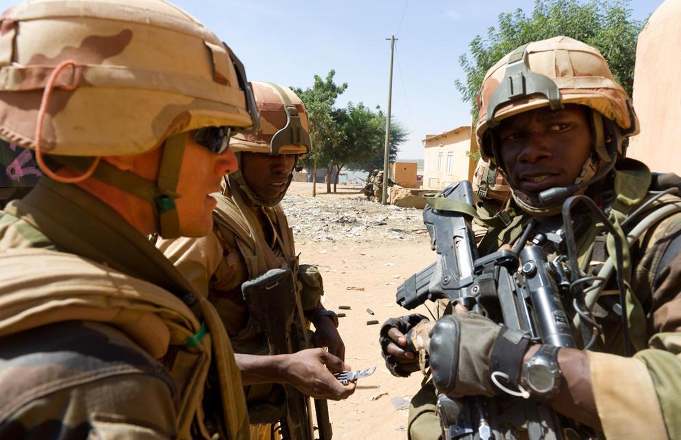 armée de terre Les-soldats-francais-appuient-les-fam-a-gao-4