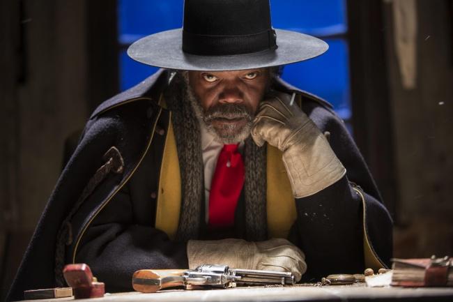 Les 10 rôles les plus marquants joués par Samuel L. Jackson, le caméléon du cinéma ! Par Demotivateur en partenariat avec Hitman & Bodyguard                      9099365-650-1461917174-The-Hateful-Eight-Movie-2016-Picture-Samuel-L-Jackson