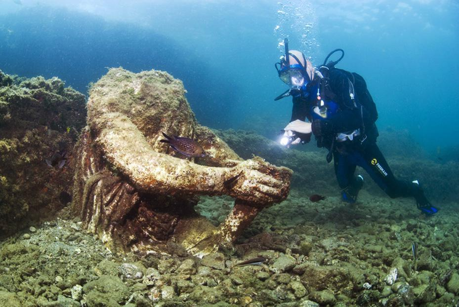 Aujourd'hui engloutie sous les eaux, cette station de vacances était autrefois considérée comme le Saint Trop' de la Rome Antique ! Par Nathan Weber D