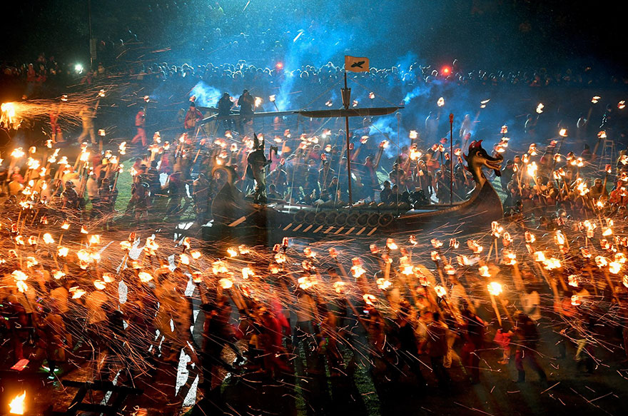 Bienvenue au « Up Helly Aa », un festival Viking impressionnant qui a lieu chaque année en Écosse 11