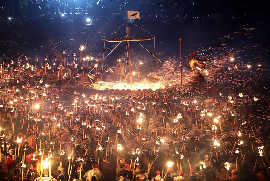 Bienvenue au « Up Helly Aa », un festival Viking impressionnant qui a lieu chaque année en Écosse 12