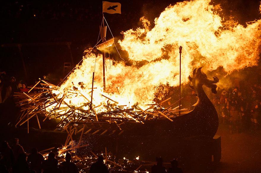 Bienvenue au « Up Helly Aa », un festival Viking impressionnant qui a lieu chaque année en Écosse 13