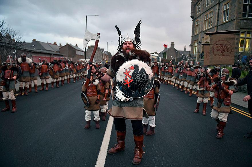 Bienvenue au « Up Helly Aa », un festival Viking impressionnant qui a lieu chaque année en Écosse 4