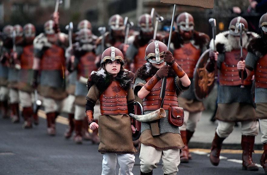 Bienvenue au « Up Helly Aa », un festival Viking impressionnant qui a lieu chaque année en Écosse 7