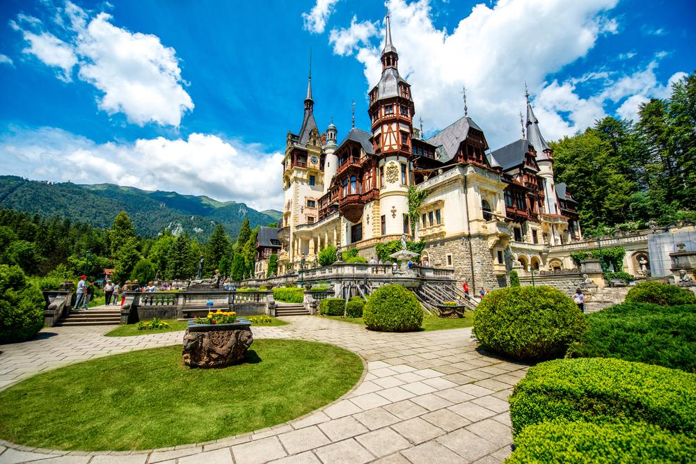 12 châteaux en Europe qui vont vous donner envie de faire vos valises et de partir les découvrir ! Par Clément P.                            Shutterstock_294937394