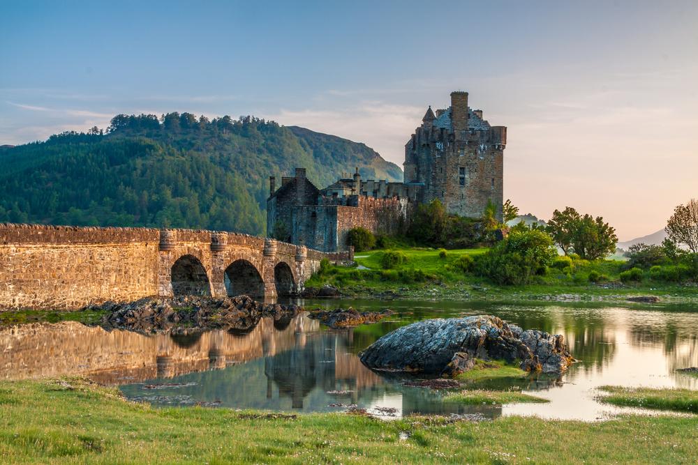 12 châteaux en Europe qui vont vous donner envie de faire vos valises et de partir les découvrir ! Par Clément P.                            Shutterstock_337703516