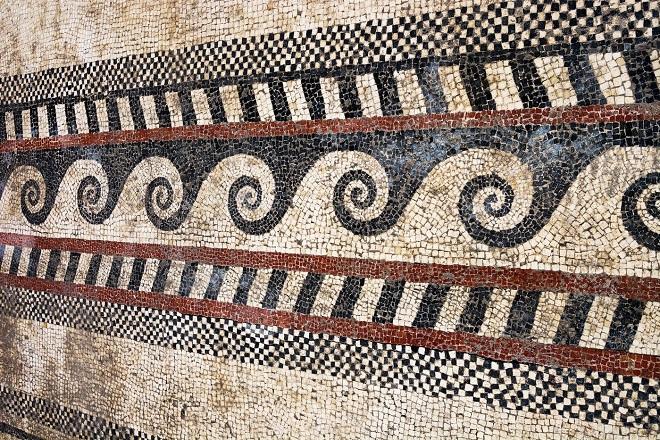 Dans le Gard, des vestiges d'une ancienne cité romaine ont été découverts...Par Jérémy B.                                 Bordure-motifs-geometriques-postes-chevrons-damiers-mosaique-Ier-sieclenotre-realisation-enroulement-necessite-grande-maitrise_7_1399_933