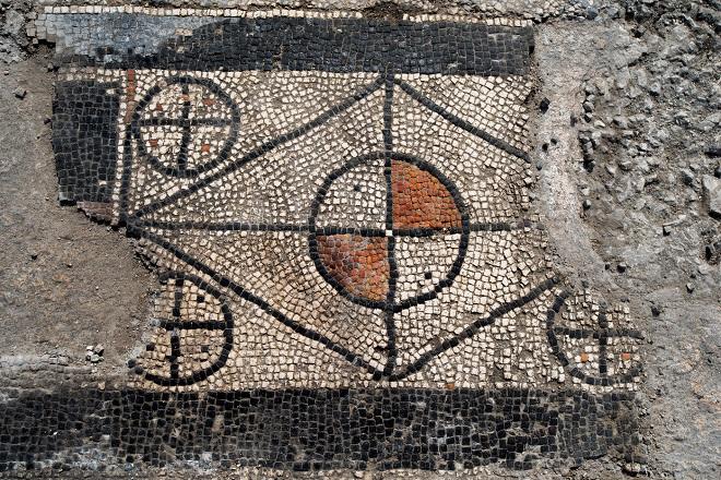 Dans le Gard, des vestiges d'une ancienne cité romaine ont été découverts...Par Jérémy B.                                 Panneau-seuil-motifs-geometriques-Cinq-cercles-losange-evoquant-geometrie-pythagoricienne_5_1399_934