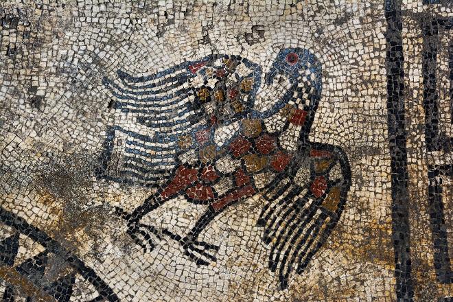 Dans le Gard, des vestiges d'une ancienne cité romaine ont été découverts...Par Jérémy B.                                 Representation-aigle-angle-decor-central-pavement-mosaique-Ier-sieclenotre-En-mythologie-romaine-pourrait-Jupiter_2_1399_933