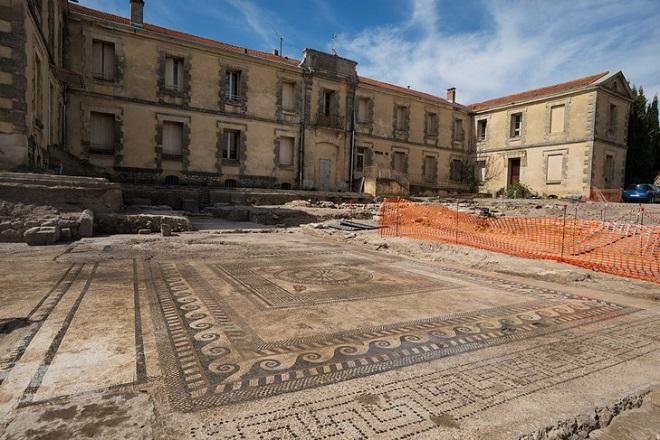 Dans le Gard, des vestiges d'une ancienne cité romaine ont été découverts...Par Jérémy B.                                 Pavement-mosaique-devant-ancienne-gendarmerie-Uzes-Datant-Ier-siecle-J-C-surface-60-m2-desgrandes-retrouvees-France_8_729_487