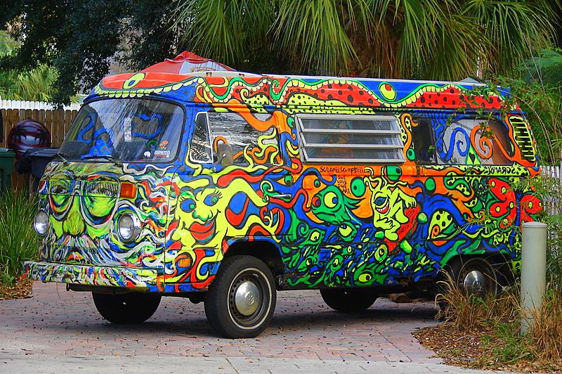 16 des plus beaux combi Volkswagen, pour fêter les 70 ans du célèbre véhicule ! Par Clément P.                            Peacelovevwbuses
