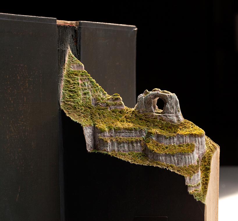 "La ""figurine"", c'est aussi cela... - Page 2 Guy-laramee-onde-eles-moram-where-they-live-book-carving-art-designboom-005"