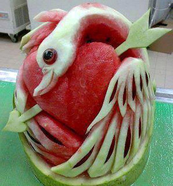 Umetnost u lubenici - Page 8 Swan-heart-watermelon-carving-art
