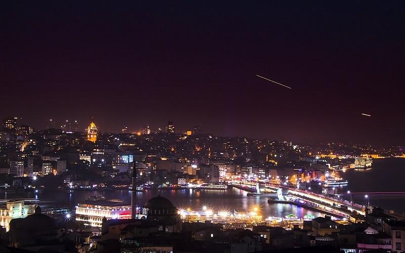 Gradovi noću - Page 4 Emre-hanoglu-istanbul-night-light-galata-clouds-beautiful-city-images-234834