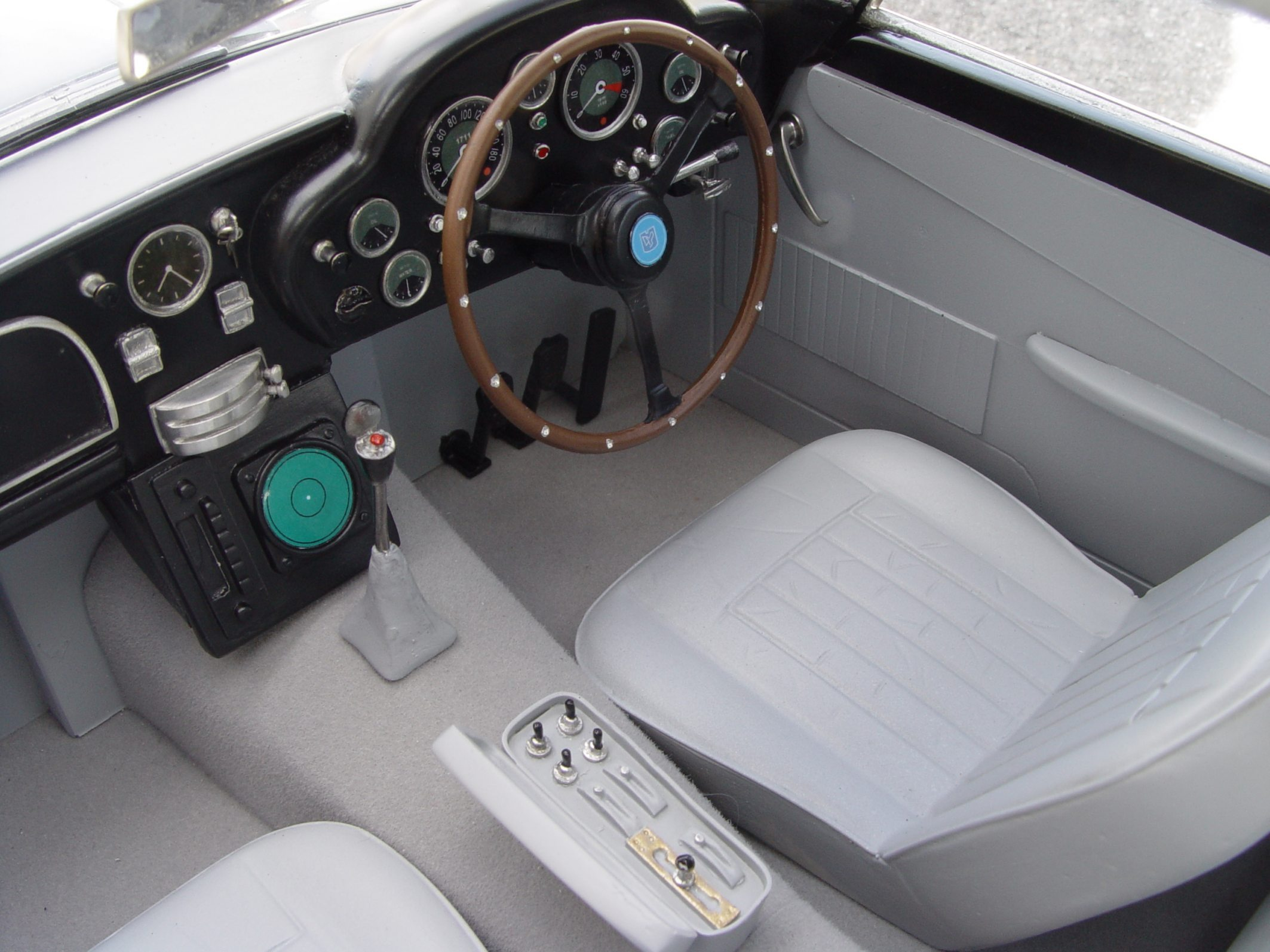 Aston Martin DB5 JB 007 1:8 - Page 2 1-8_Aston_Martin_James_Bond_Diamond_Cars_interieur01