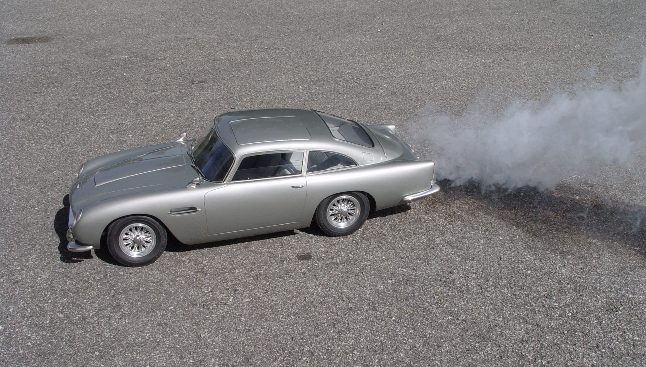 Aston Martin DB5 JB 007 1:8 - Page 2 1-8_Aston_Martin_James_Bond_Diamond_Cars_smoke01