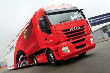 Los pilotos van llegando a Malasia hoy jueves Camion-iveco-transporta-ferraris-1